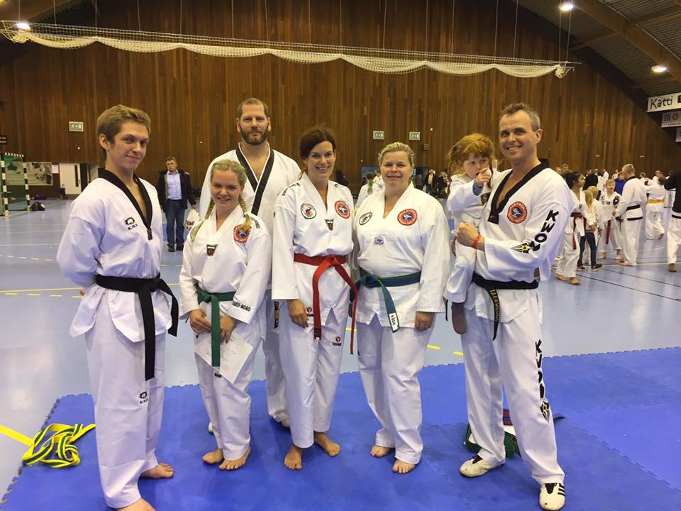 Alle deltagere fra Eina, maskot Emilie (4) og master Morten fra Skedsmo. Slitne og fornøyde etter ei sprek helg.